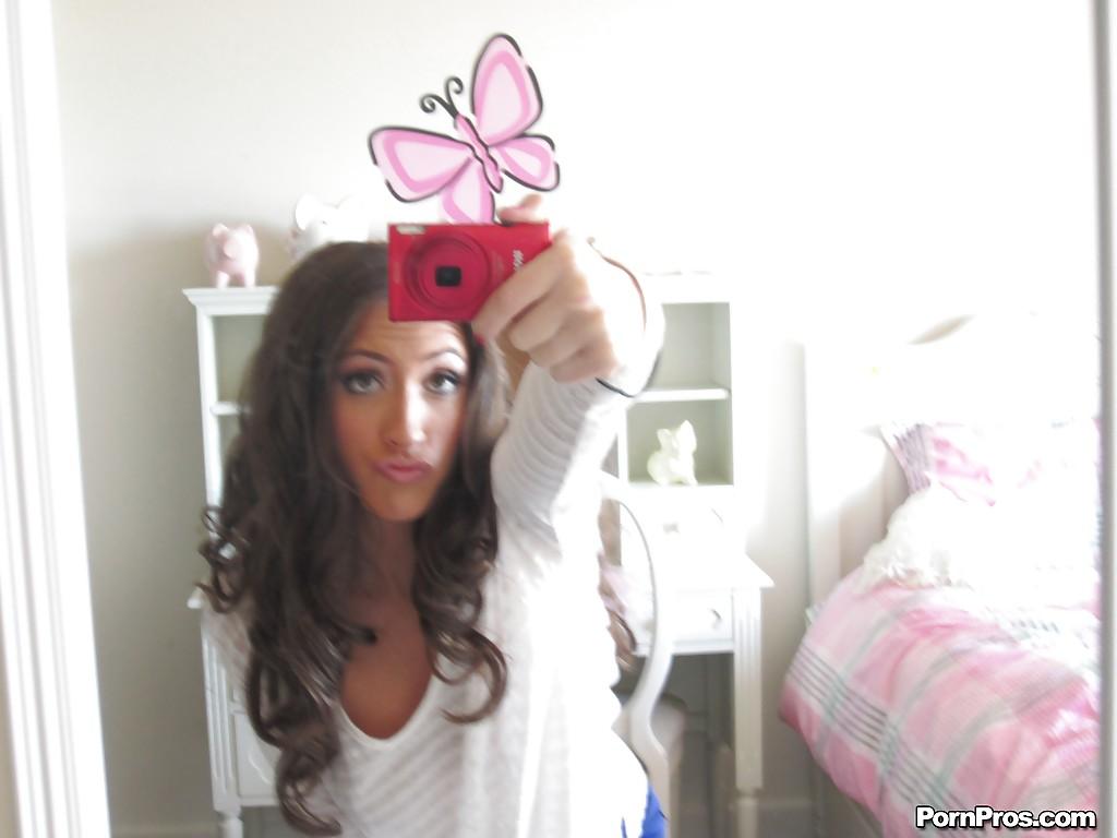 Сисястая девушка делает селфи своего обнаженного тела секс фото и порно фото