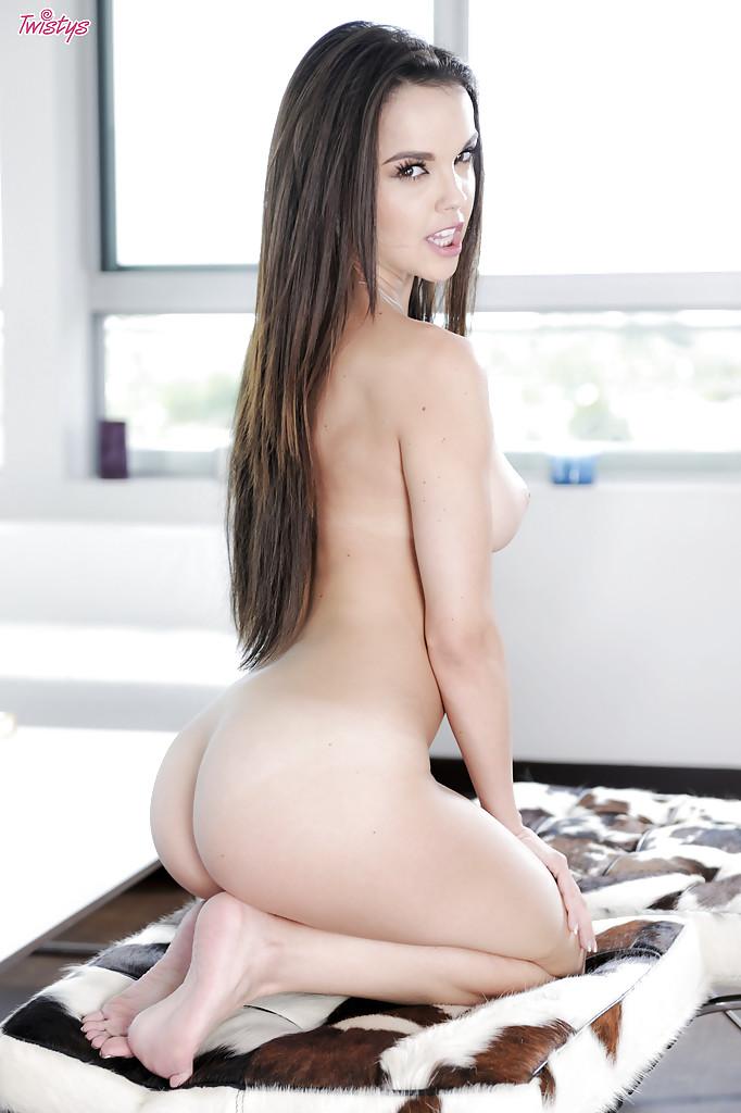 Красивая девушка раздевается и мастурбирует сочную киску секс фото и порно фото