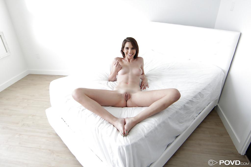 Красотка в легинсах раздевается для парня в спальне секс фото и порно фото