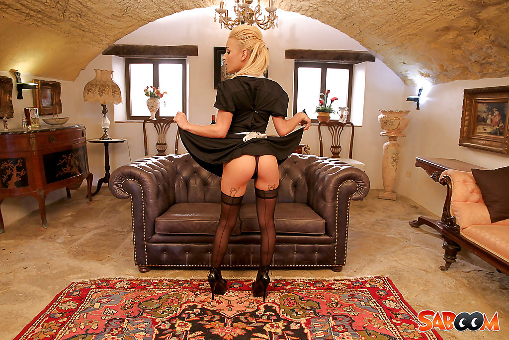 Сексуальная горничная показывает стриптиз хозяину особняка секс фото и порно фото