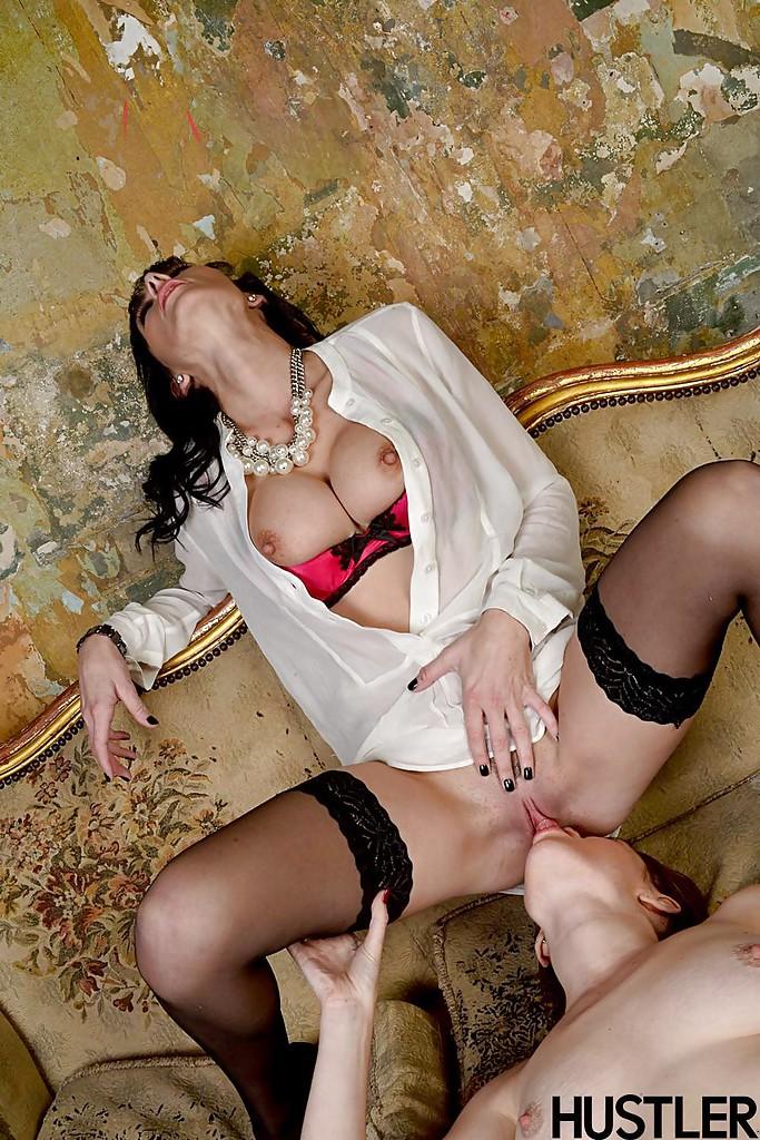 Страстные лесбиянки лижут друг дружке киски на старинном диване секс фото и порно фото