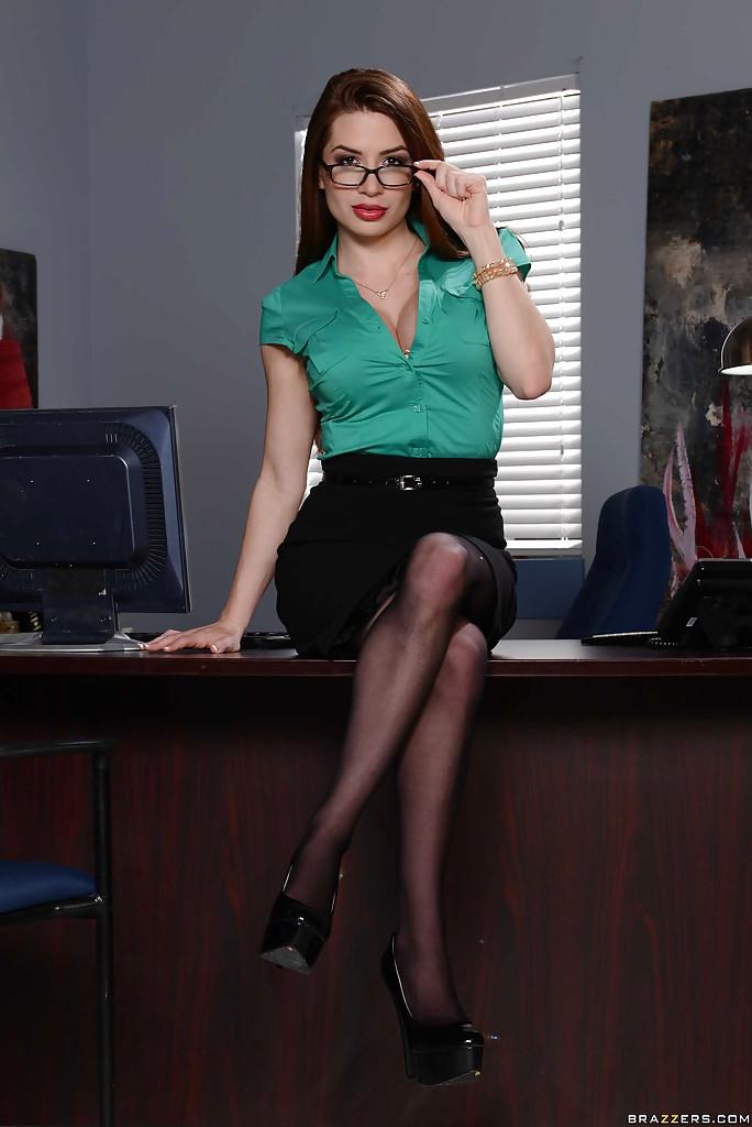 Сексуальная секретарша показала большие сиськи в офисе секс фото и порно фото