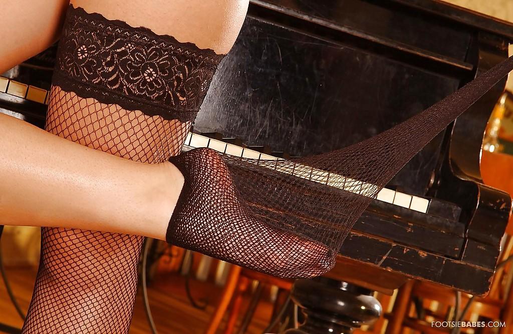 Венгерская модель устроила футфетиш с фаллоимитатором на рояле секс фото и порно фото