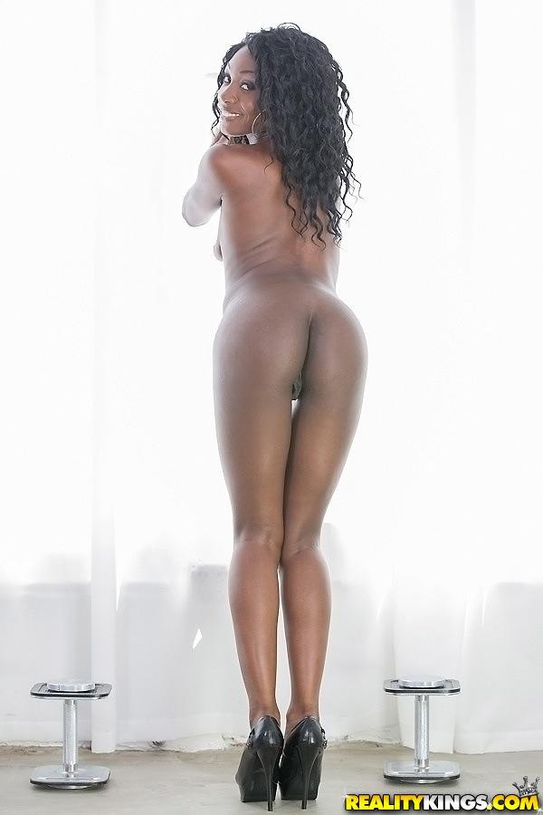 Стройная мулатка с большой жопой показывает голое тело секс фото и порно фото
