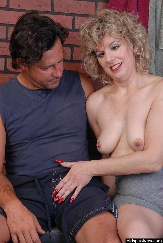 Мужик кончил чужой жене на ладонь и она слизала сперму секс фото и порно фото