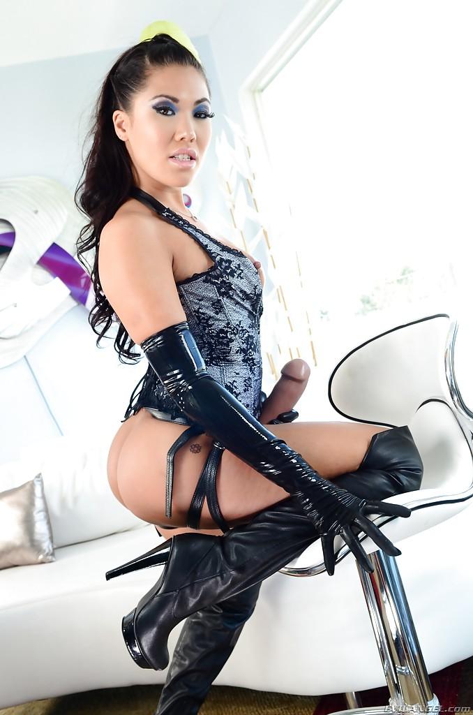 Азиатская мамочка в корсете примеряет страпон секс фото и порно фото