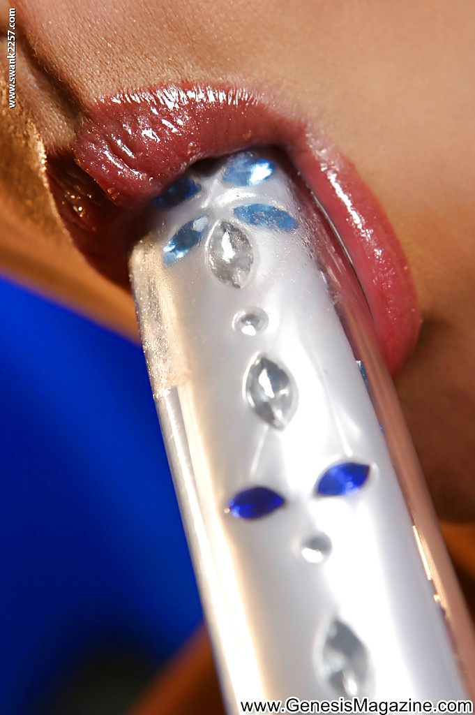 Блондинка с маленькой грудью мастурбирует вагину с помощью дилдо секс фото и порно фото