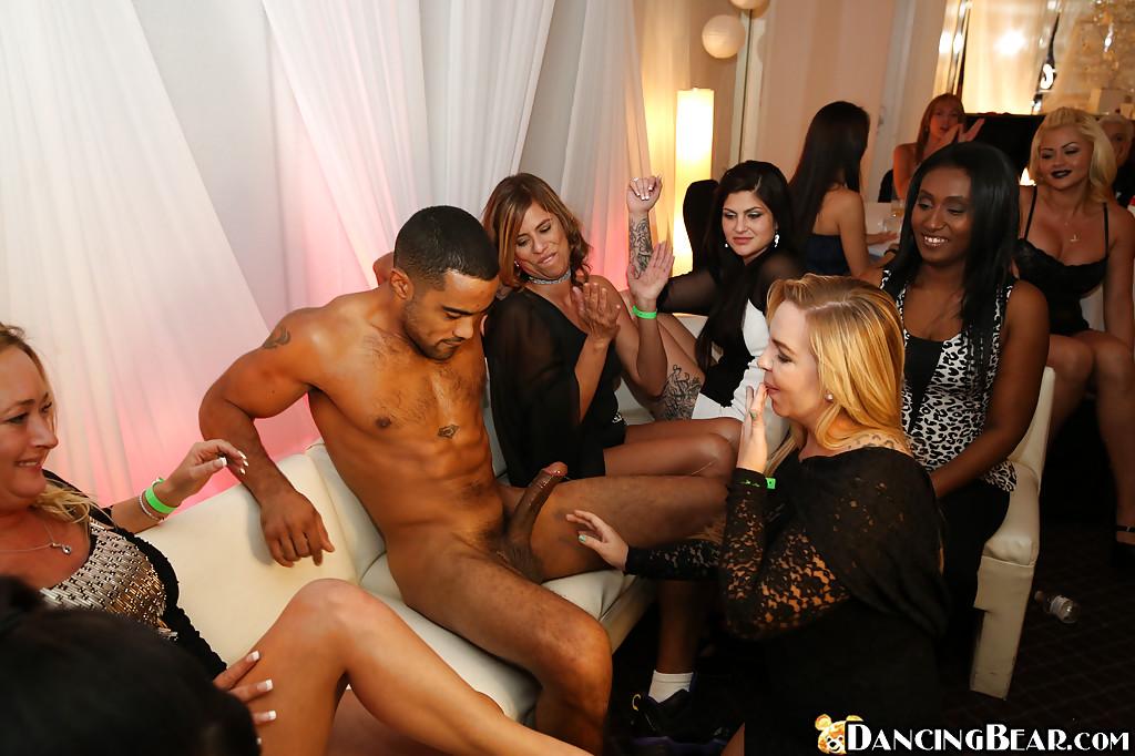 Толпа похотливых мамочек сосет член одному негру на вечеринке секс фото и порно фото