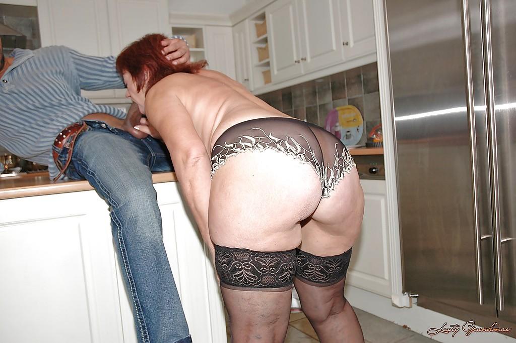 Мексиканец отодрал зрелую американку на кухонном столе секс фото и порно фото