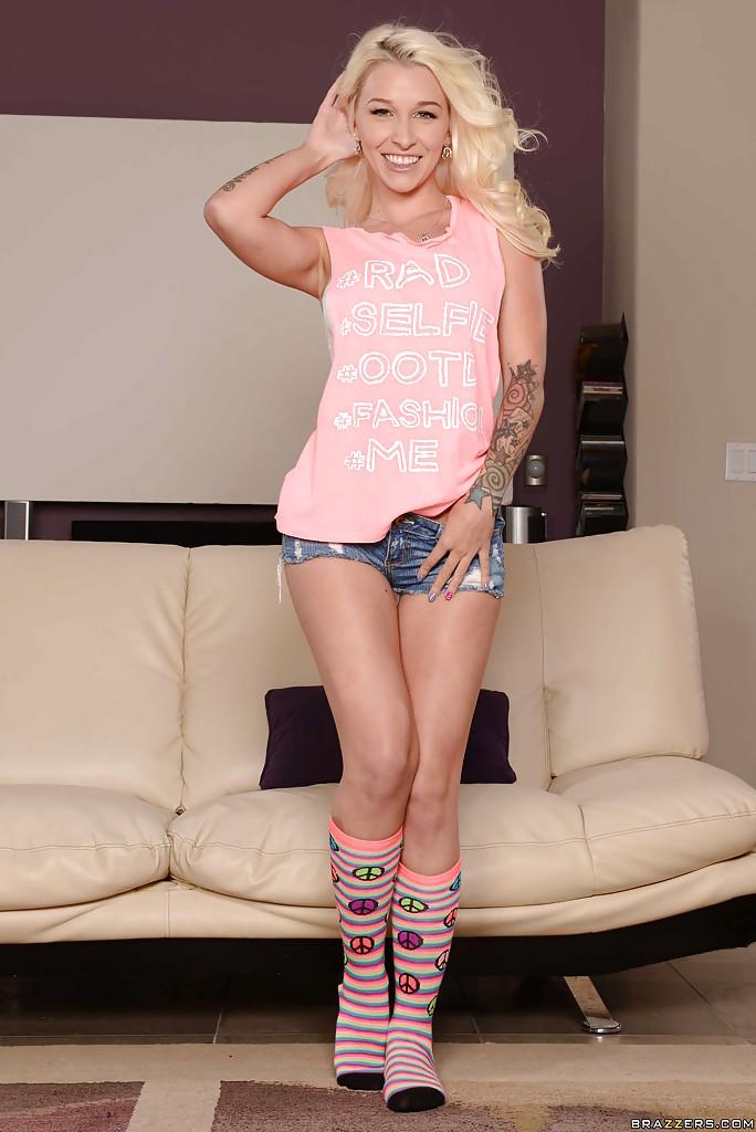 Сисястая блондинка шаловливо раздевается и щупает большую жопу секс фото и порно фото