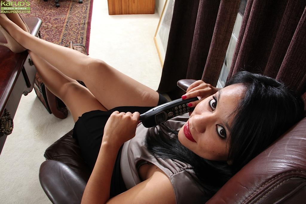 Зрелая красотка с большой жопой мастурбирует на офисном столе секс фото и порно фото