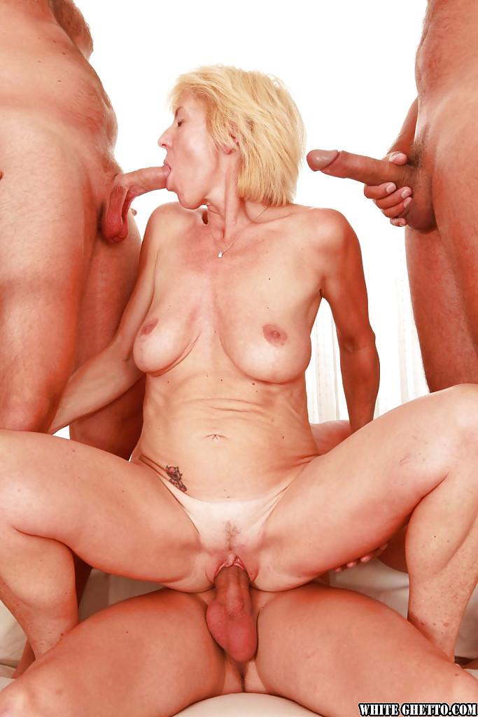 Развратную бабку пустили по кругу и залили спермой четверо мужиков секс фото и порно фото