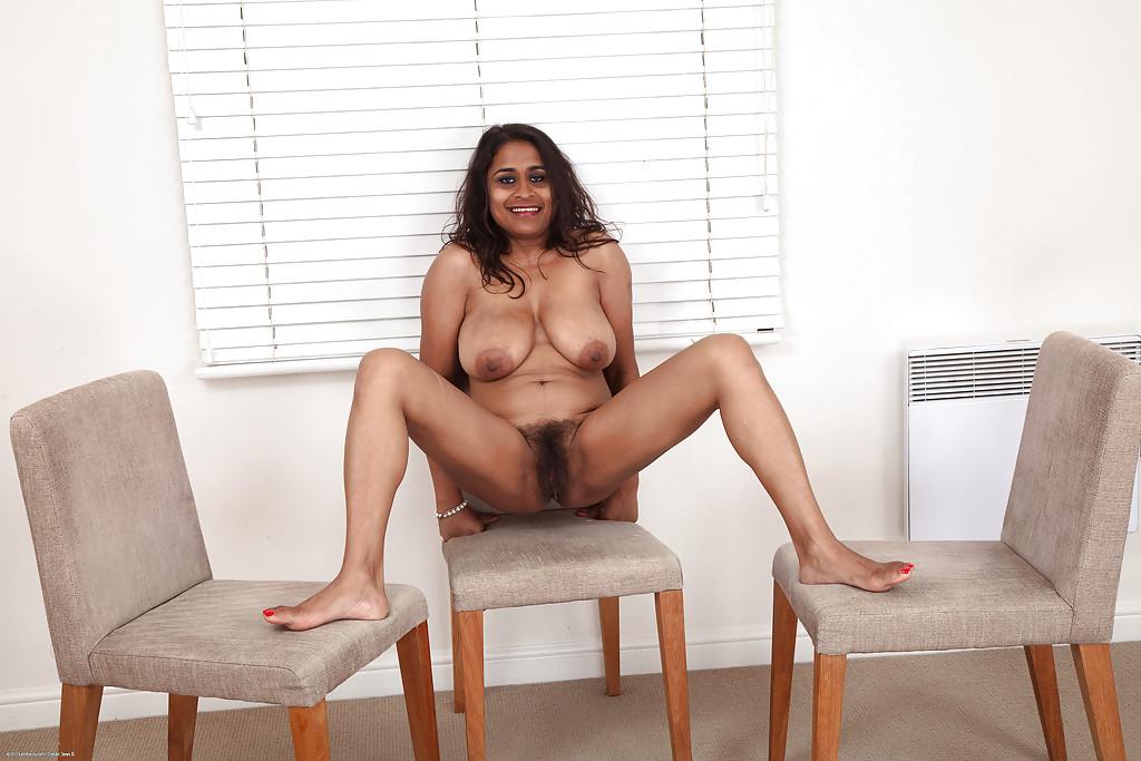 Индийская мамочка показала большие сиськи и жопу секс фото и порно фото