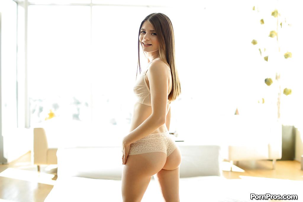 18-летняя девушка с большой попкой обнажается в комнате секс фото и порно фото