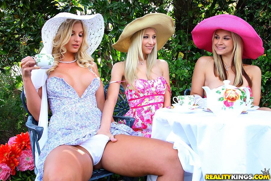 Три сочные мамочки вылизывают друг дружке сиськи и целуются секс фото и порно фото