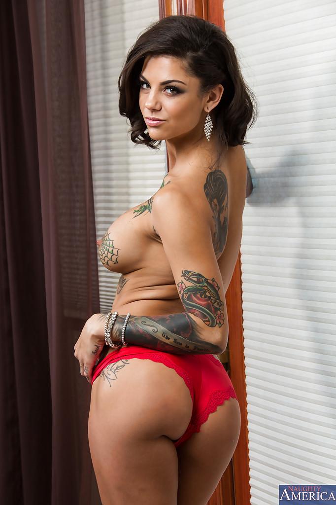 Грудастая неформалка хвастает татуированным телом секс фото и порно фото
