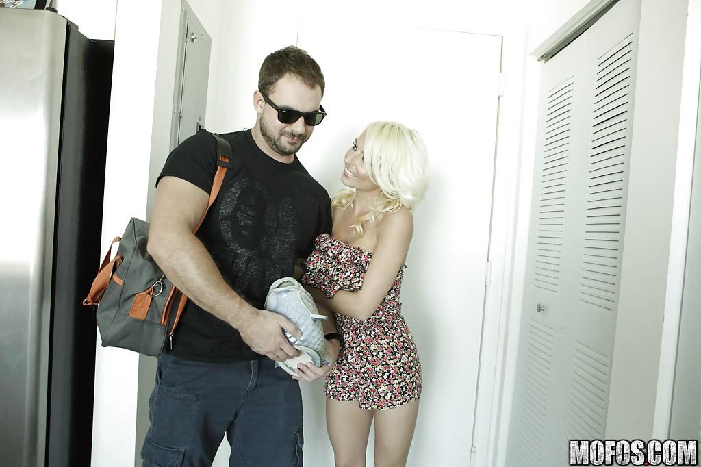 Молодая сожительница делает парню минет прямо с порога квартиры секс фото и порно фото