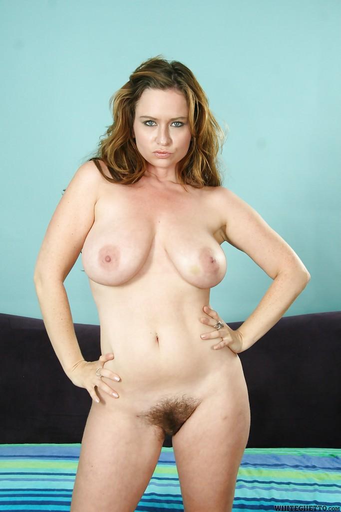Жопастая мамочка с большими сиськами раздвигает ноги секс фото и порно фото