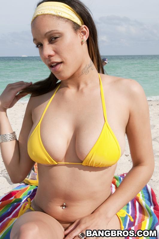 Развратная латинка демонстрирует сочное тело на пляже секс фото и порно фото