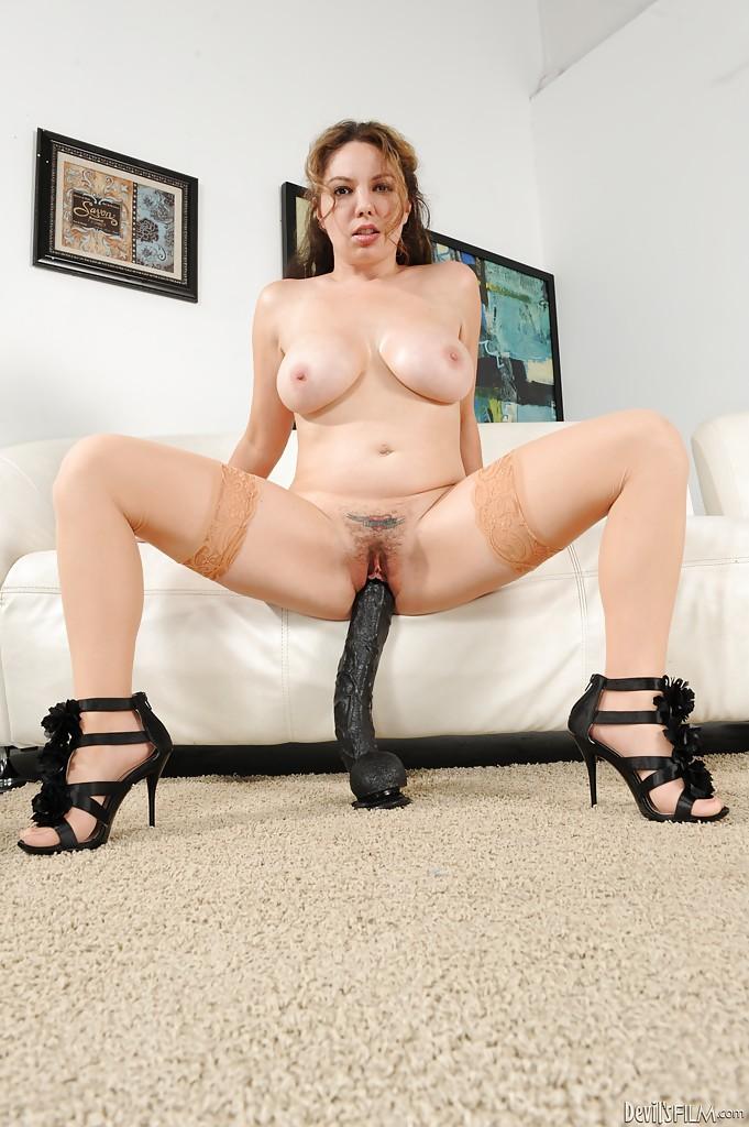 Сисястая мамочка удовлетворяет себя двумя большими дилдо секс фото и порно фото