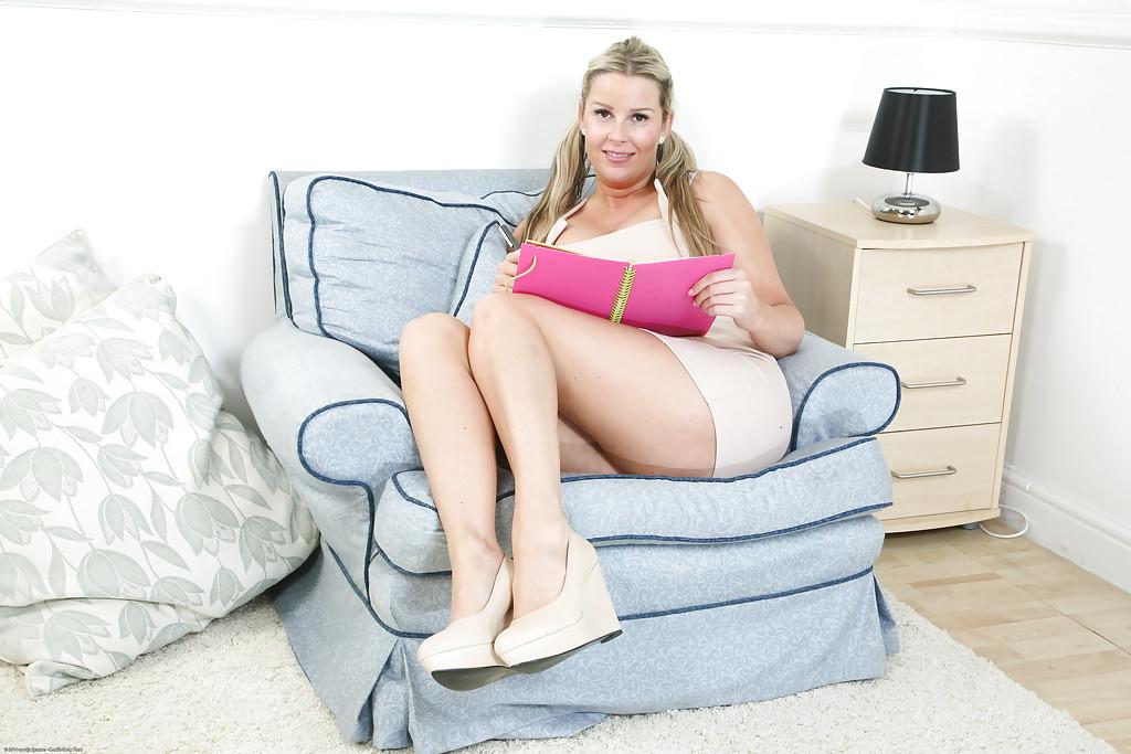 Милфа с большими сиськами раздевается в кресле секс фото и порно фото