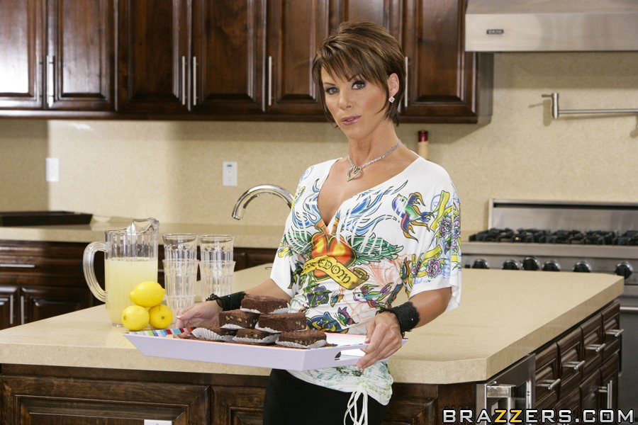 Аппетитная мамочка с большой жопой разделась на кухне секс фото и порно фото