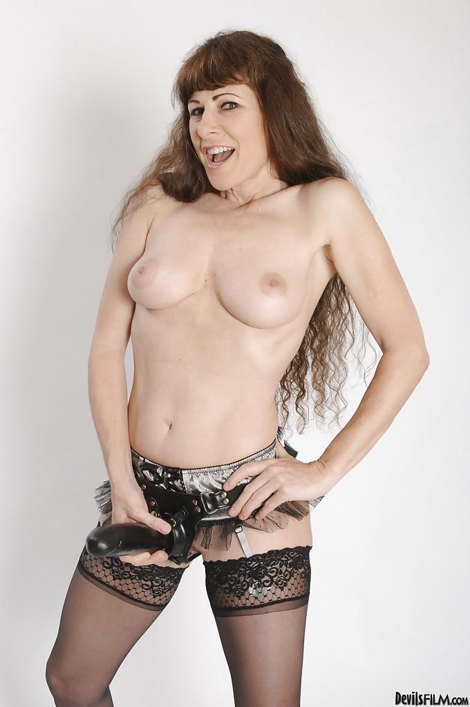 Зрелая дама в чулках демонстрирует новый страпон секс фото и порно фото