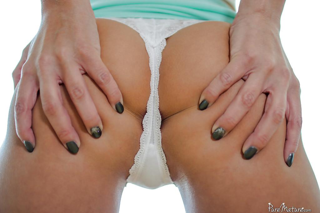 Худенькая девушка оголяется и показывает бритую пилотку секс фото и порно фото