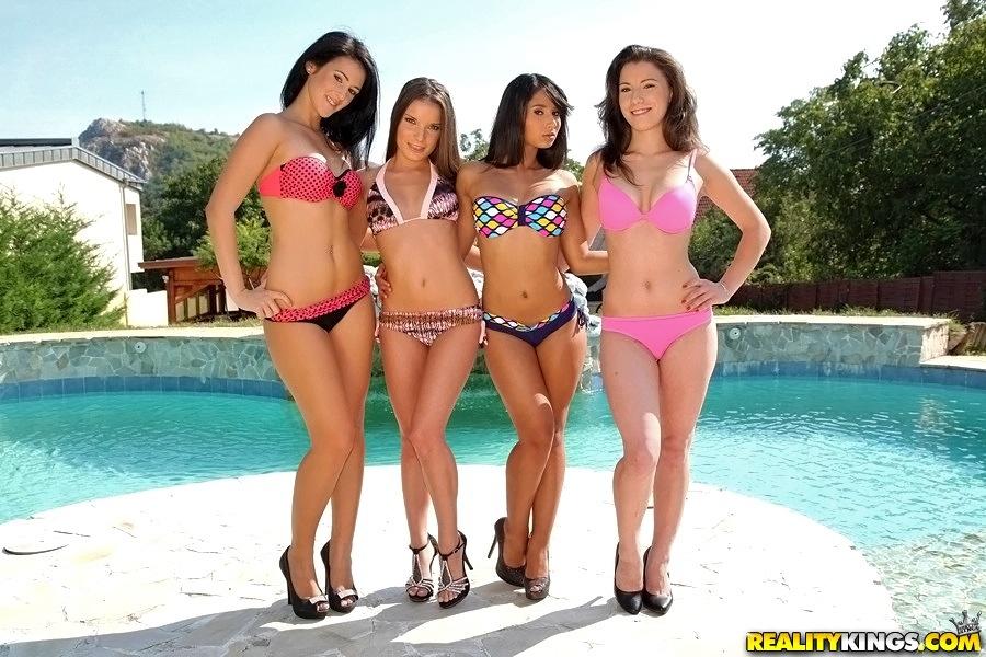 Лесбиянки у бассейна смазывают друг друга кремом от загара секс фото и порно фото