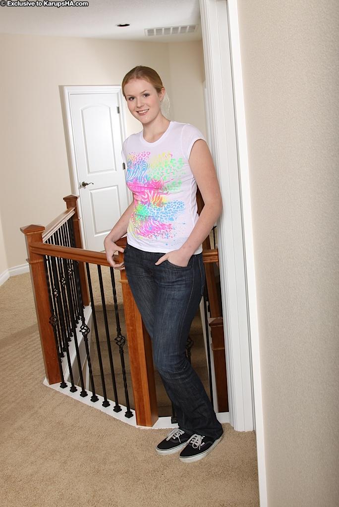 Высокая девушка с большой попой раздевается у лестницы секс фото и порно фото