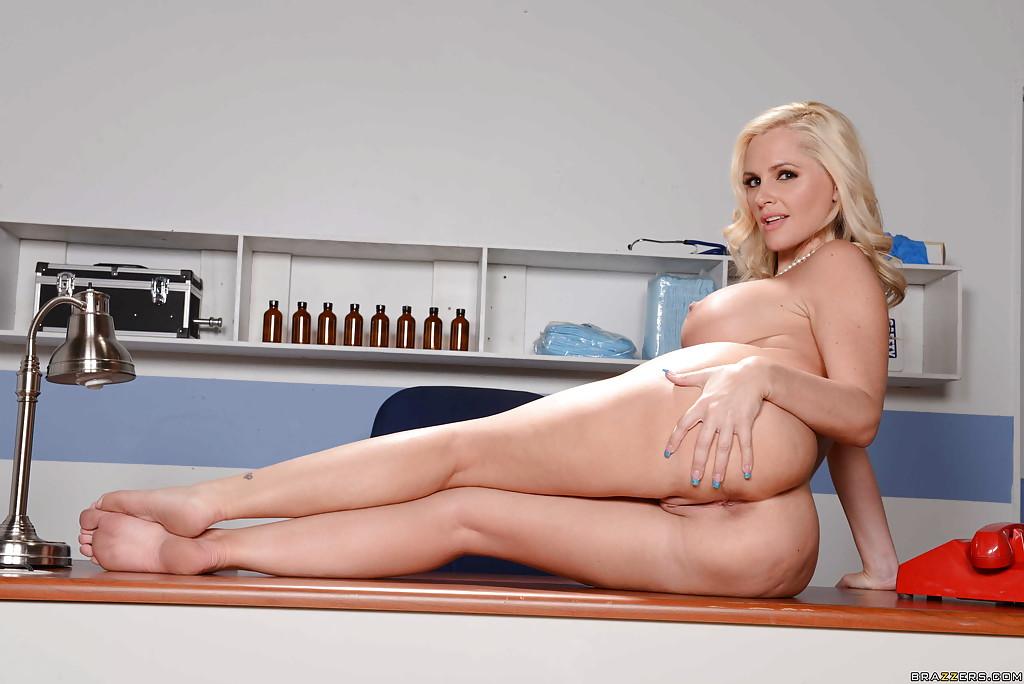 Фигуристая милфа показывает стриптиз на работе секс фото и порно фото