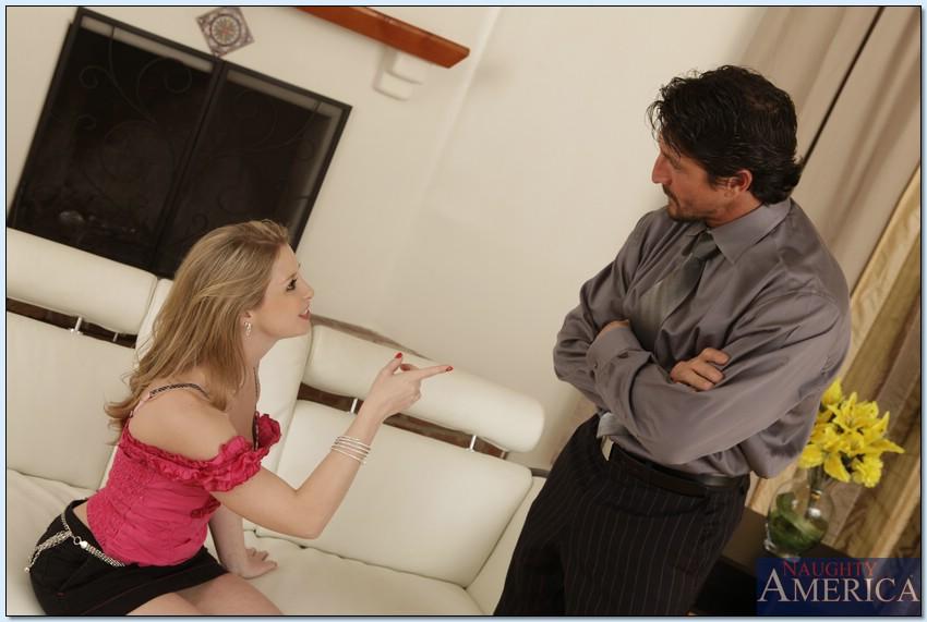 Мужик трахнул свою горячую соседку на диване секс фото и порно фото