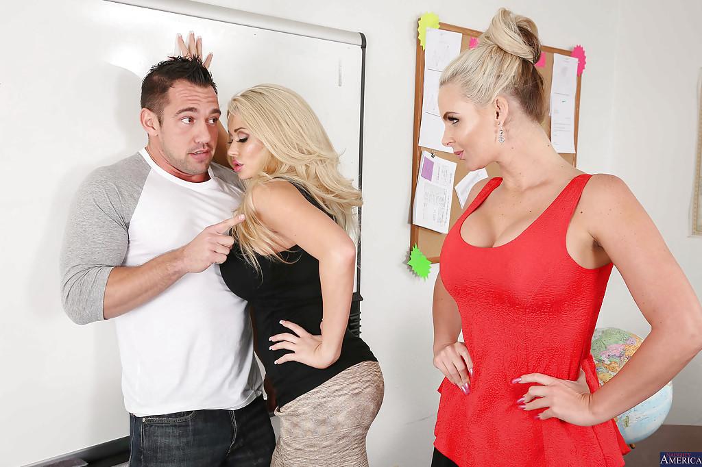 Счастливый парень поимел двух сисятых блондинок в групповухе секс фото и порно фото