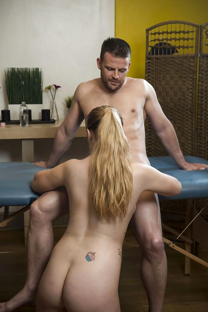 Мужик отодрал жопастую посетительницу после массажа секс фото и порно фото
