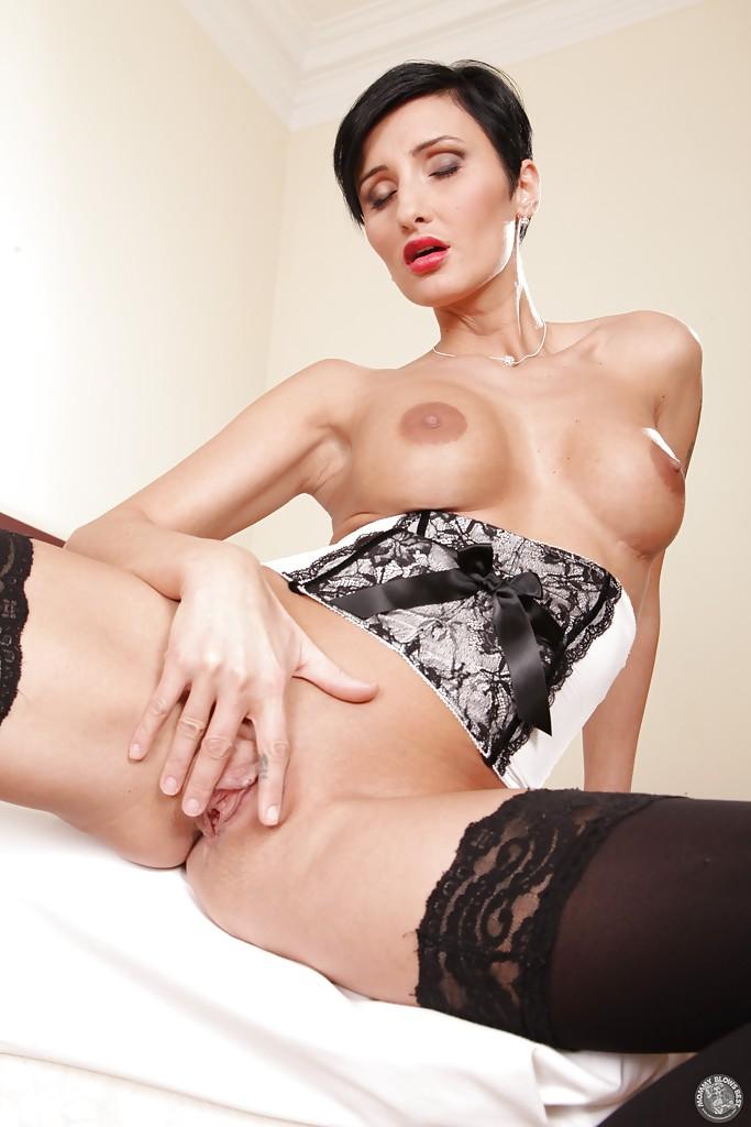 Знойная брюнетка с большой грудью разделась в номере отеля секс фото и порно фото