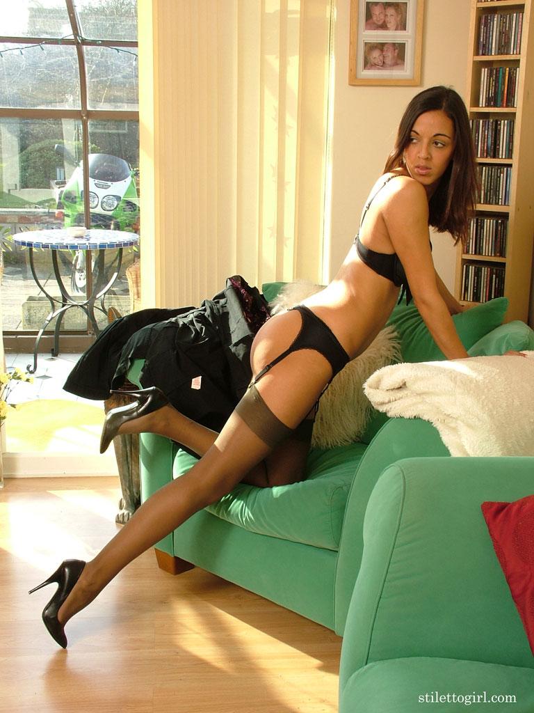 Сексуальная девушка в черных чулках снимает одежду в кресле секс фото и порно фото