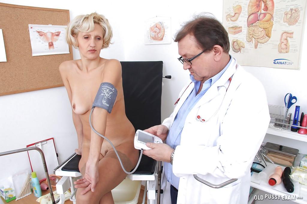 Похотливый доктор проверил киску зрелой блондинки на медосмотре секс фото и порно фото