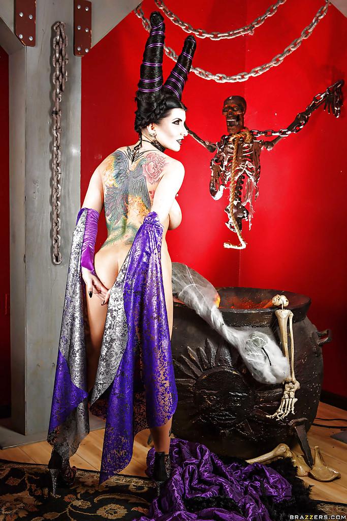 Татуированная милфа в образе дьяволицы медленно раздевается секс фото и порно фото