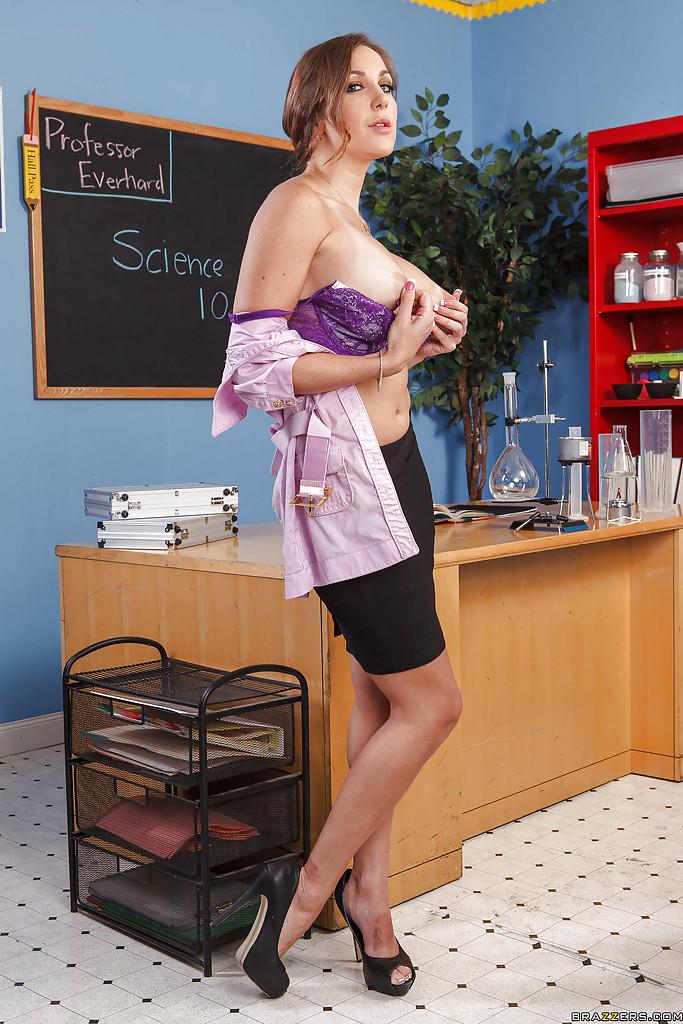 Сочная мамочка разделась и легла на стол в лаборатории секс фото и порно фото