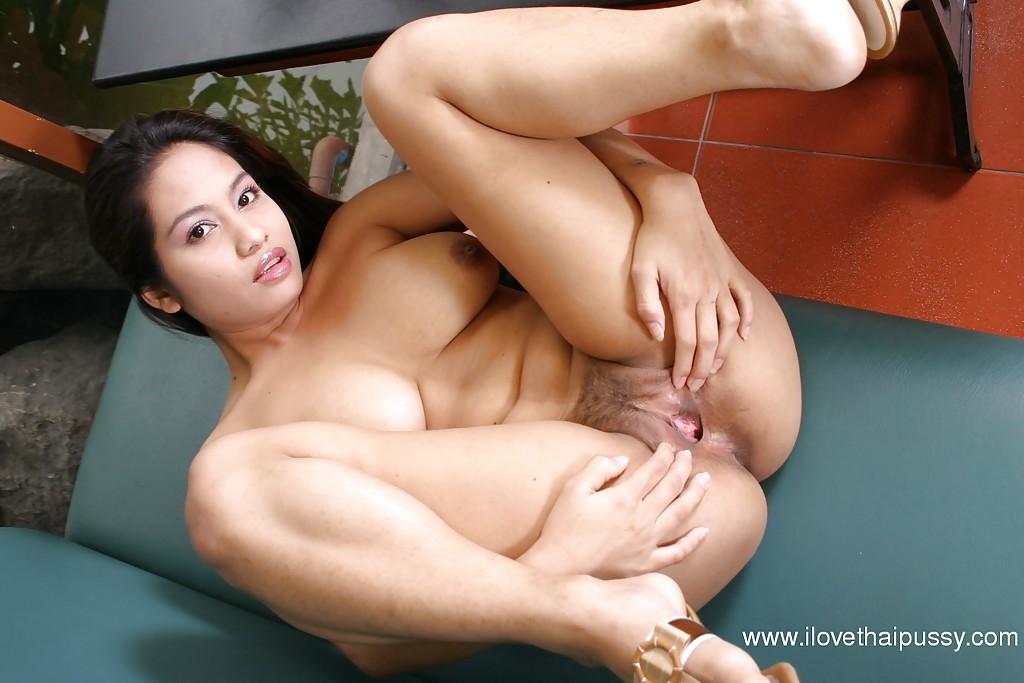 Сисястая азиатка раздвигает сочную киску пальчиками секс фото и порно фото