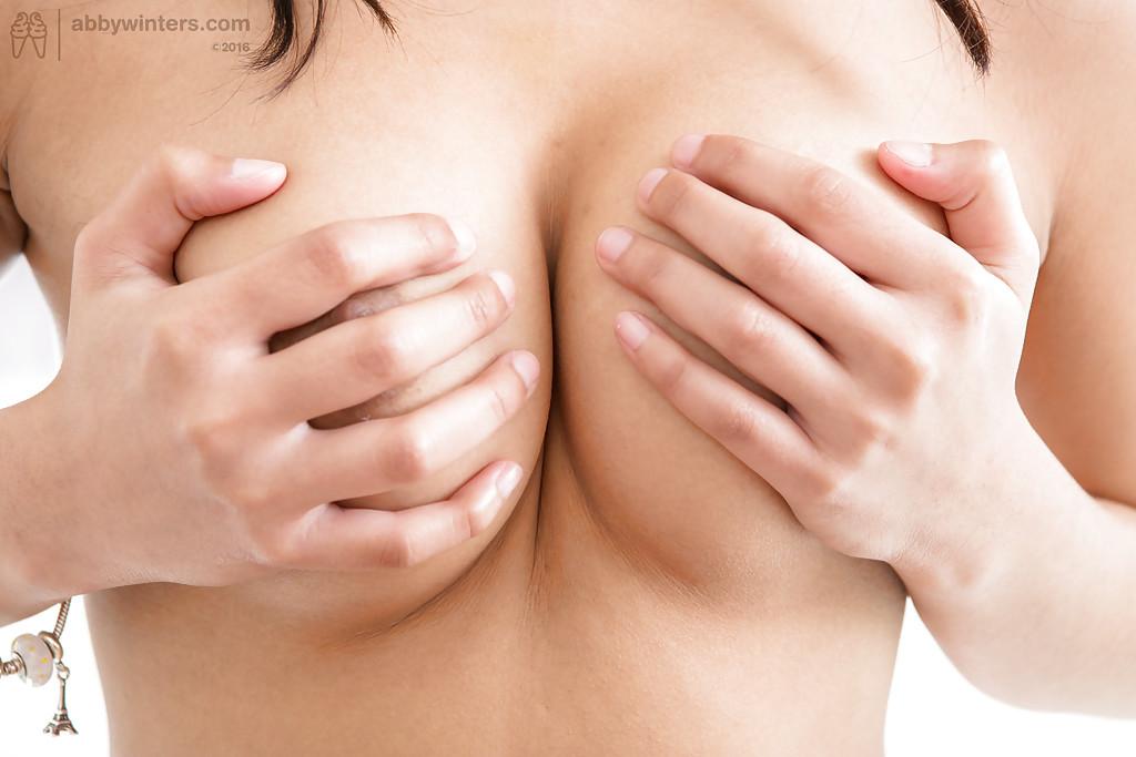 18-летняя девушка с большими сиськами расчесала волосатую киску секс фото и порно фото
