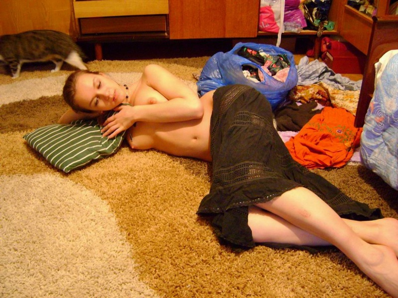 Русская девушка эротично снимает одежду у себя дома секс фото и порно фото
