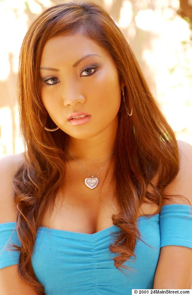 Рыжая азиатка красиво сняла обтягивающий топик секс фото и порно фото