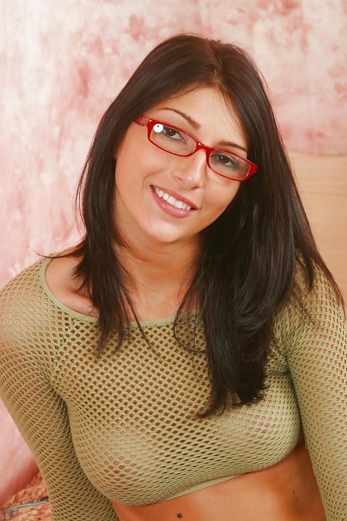 Скромная брюнетка в очках раздвинула киску в своей комнате секс фото и порно фото