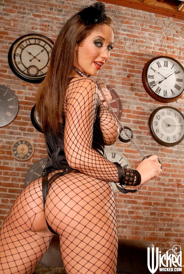 Сладкая мамочка с большими сиськами позирует в откровенном наряде секс фото и порно фото