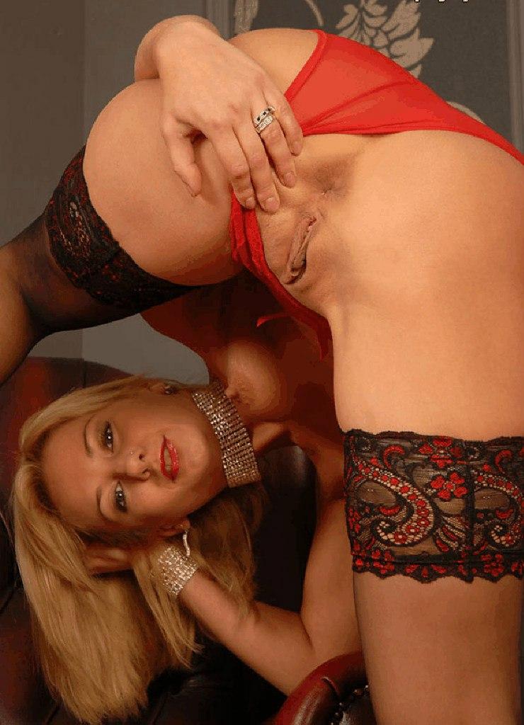 Бесстыжие девушки фотографируют голые вагины крупным  планом секс фото и порно фото