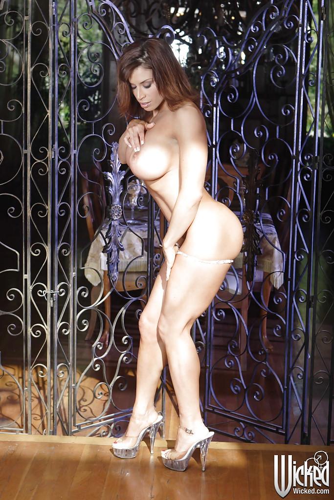 Спортивная мамочка показала большие сиськи на улице секс фото и порно фото