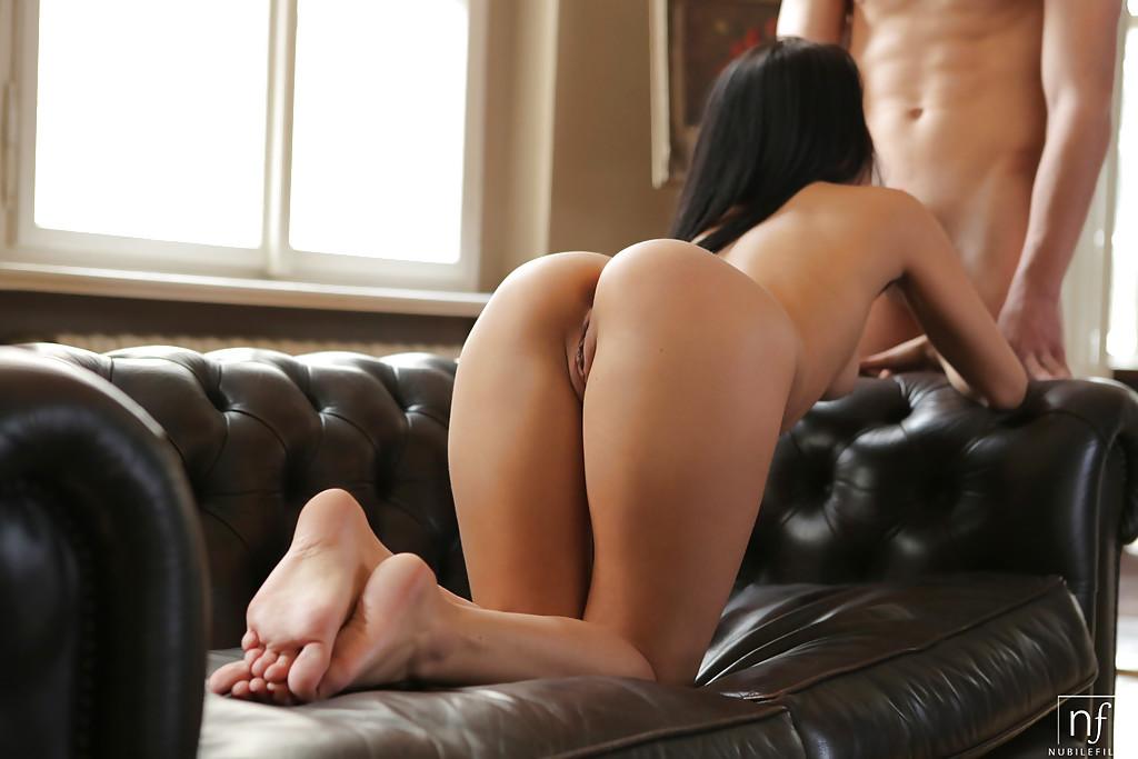 Перед минетом парень вылизал пизду молодой девушке и кончил ей на лицо секс фото и порно фото