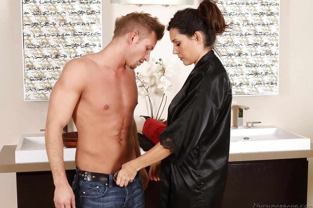 30-летняя латинка с большой грудью удовлетворила парня в ванной секс фото и порно фото