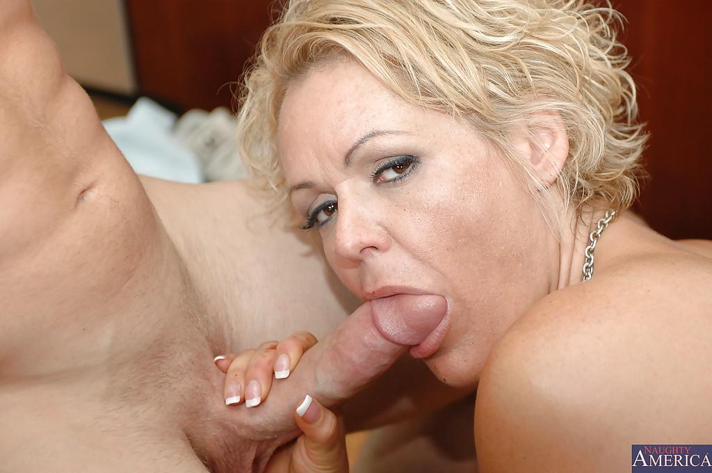 Сосед пришел к зрелой красотке в гости и трахнул её во все дыры секс фото и порно фото